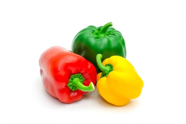 Grüner, gelber und roter frischer grüner pfeffer oder spanischer pfeffer lokalisiert.