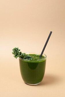 Grüner gemüsesaft oder grünkohl-smoothie