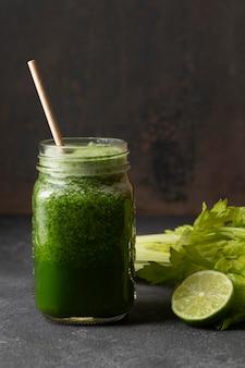 Grüner gesunder smoothie der vorderansicht im glas