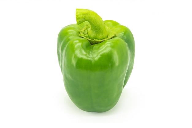Grüner grüner pfeffer oder süßer pfeffer oder capcicum getrennt auf weiß