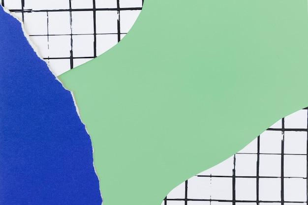 Grüner hintergrund verziert mit zerrissenem papier