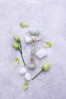 Grüner jade-gesichtsroller für die hautpflege