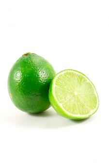 Grüner kalk auf weiß