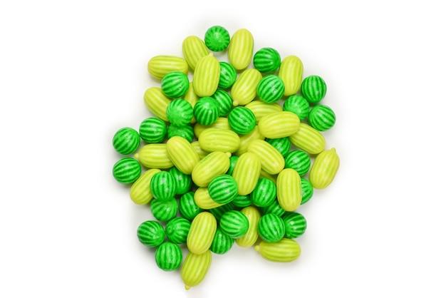 Grüner kaugummi isoliert auf weißem hintergrund.