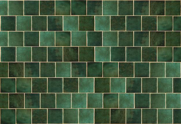 Grüner keramikfliesenhintergrund alte vintage-keramikfliesen in grün zum dekorieren der küche oder des badezimmers...