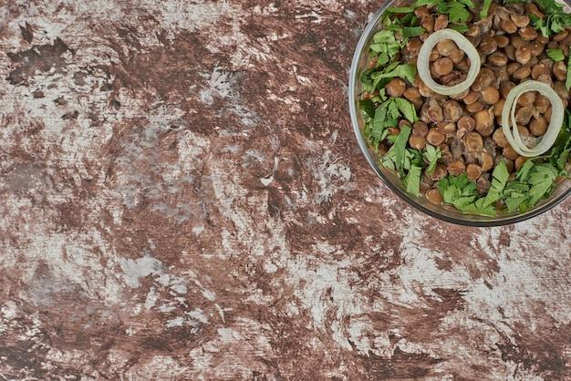 Grüner linsenbohnensalat mit kräutern.