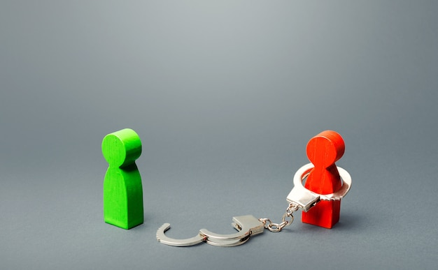 Grüner mann wird aus der gefangenschaft der roten person befreit. freiheit finden, sklaverei stoppen