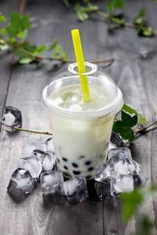 Grüner matcha bubble tea und schwarze tapiokaperlen auf crushed ice