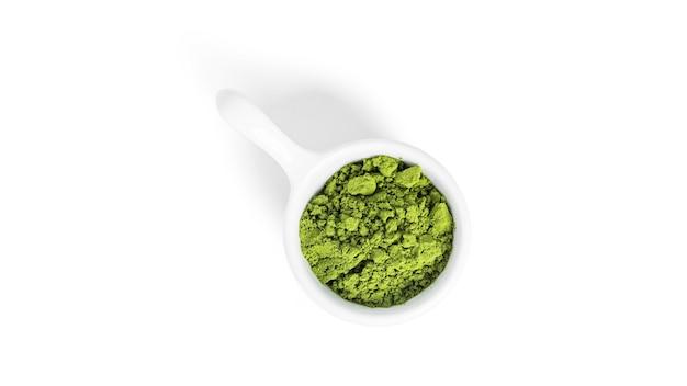Grüner matcha-pulvertee isoliert.