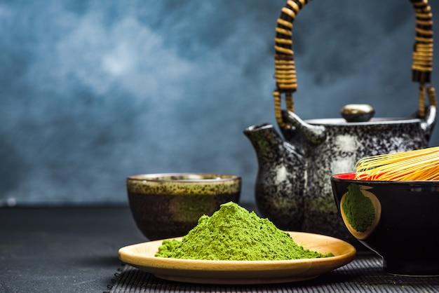 Grüner matchatee, teekanne und schüssel