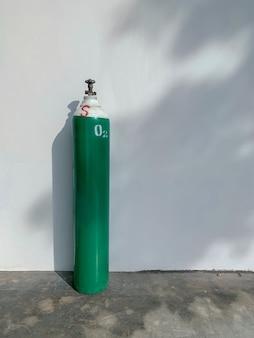 Grüner mobiler sauerstoffflaschenzylinder, medizinische ausrüstung für krankenhäuser, behandlungshilfe bei atemwegserkrankungen und covid-19