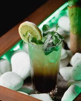 Grüner mojito mit alkohol auf tabelle