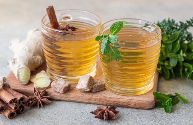 Grüner oder kräutertee mit minze und thymian, zimt, anis und ingwer. minze und thymian tee.