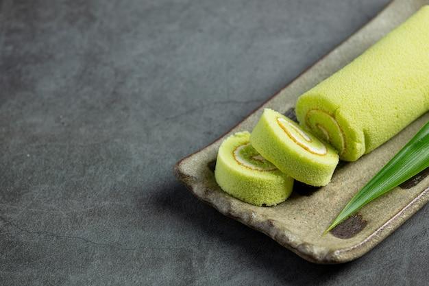 Grüner pandan rollkuchen bereit zu essen