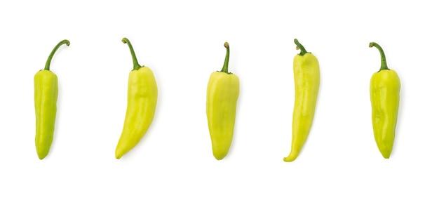 Grüner pfeffer chili auf weißem hintergrund isoliert