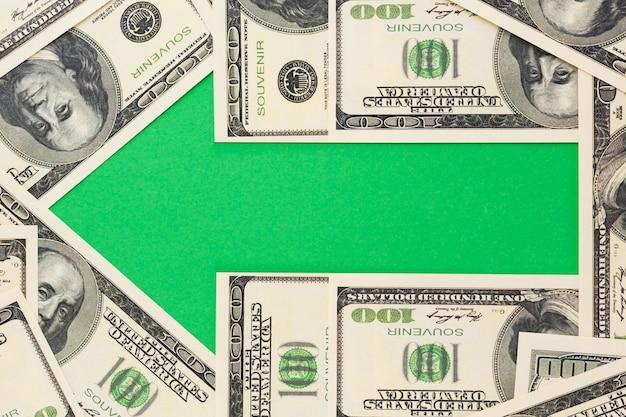 Grüner pfeil mit banknoten