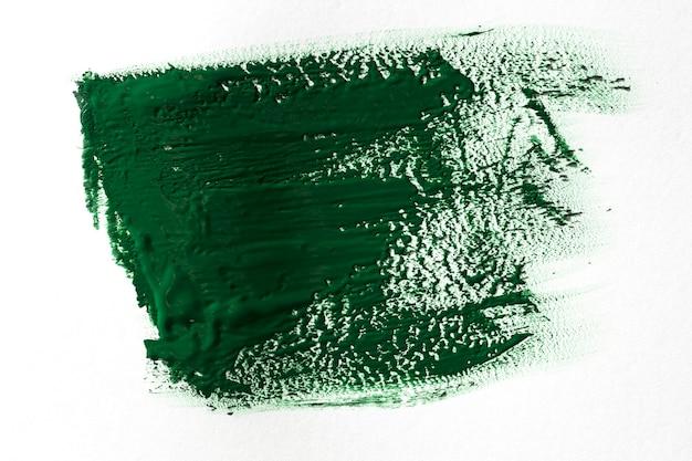 Grüner pinselstrich auf weißem hintergrund