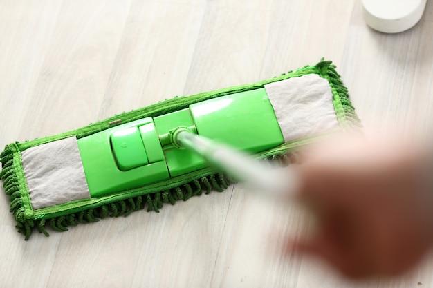 Grüner plastikmopp