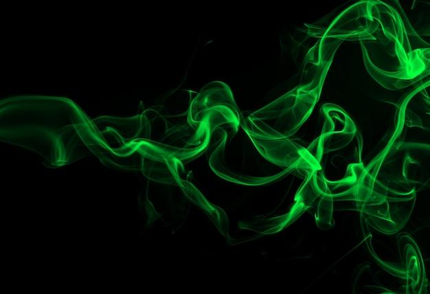 Grüner rauch auf schwarzem hintergrund- und dunkelheitskonzept