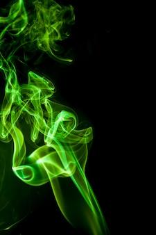 Grüner rauch auf schwarzem hintergrund.