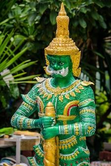 Grüner riese im tempel