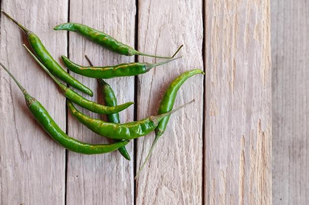 Grüner roher chili auf holzoberfläche