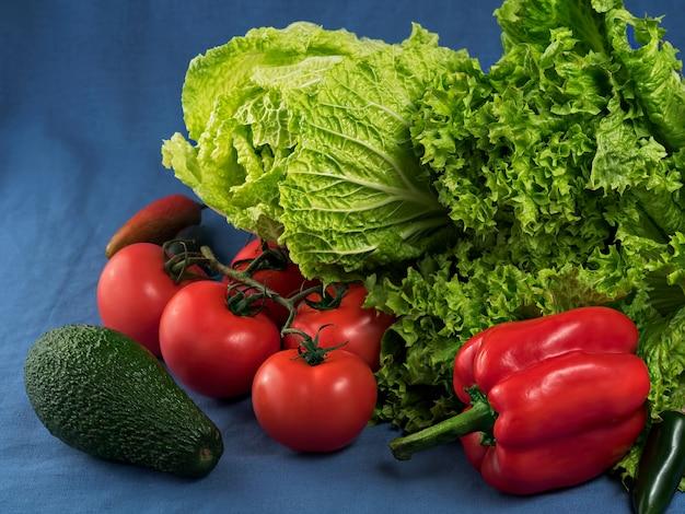 Grüner salat, chinakohl, jalapenos, avocados, gemüse und frische tomaten. nahansicht.