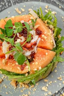 Grüner salat der zitrusfrucht mit lachsen