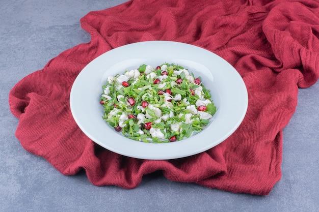 Grüner salat mit blumenkohl und granatapfelkernen