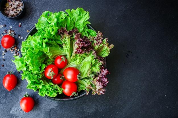 Grüner salat mit frischem tomatensalat