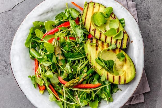 Grüner salat mit gegrillter avocado