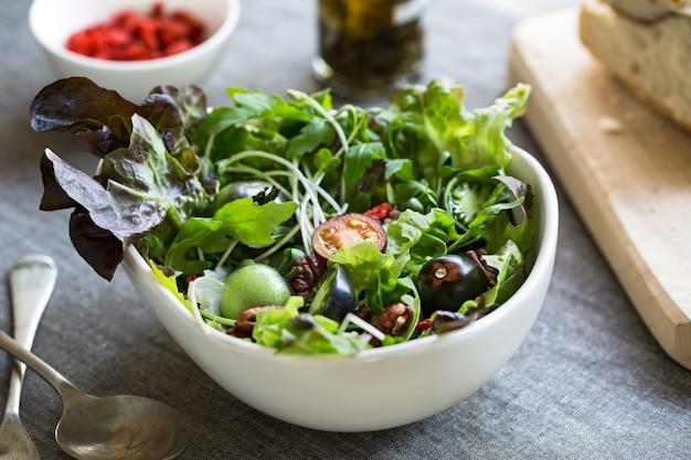 Grüner salat mit goj iberry und pekannuss