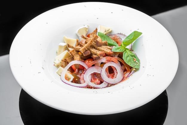Grüner salat mit paprika, tomate, käse und semmelbröseln