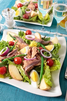 Grüner salat mit thunfisch und roten zwiebeln