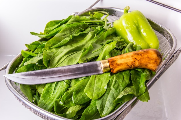 Grüner sauerampfer und ein küchenmesser