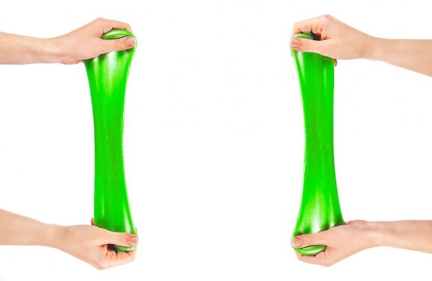 Grüner schleim. ein elastisches antistress-spielzeug. gummi für die hände.
