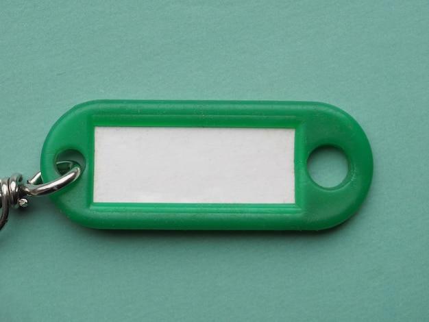 Grüner schlüsselanhänger mit weißem etikett