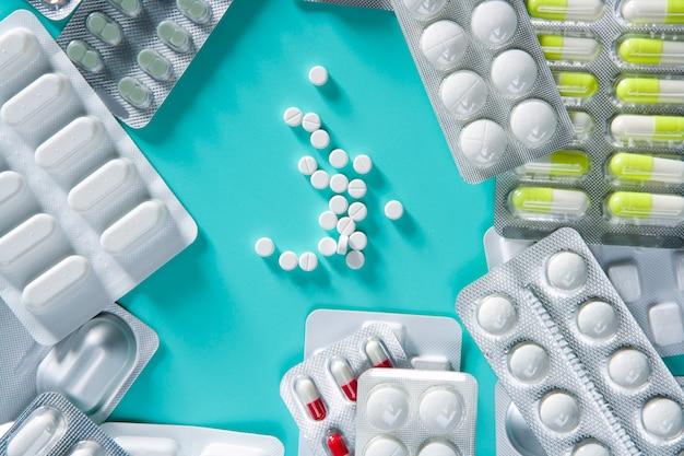 Grüner schreibtisch des medizinischen pillenhintergrundes der blase