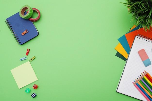 Grüner schreibtisch mit briefpapier, draufsicht, copypace