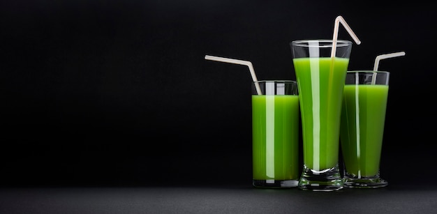 Grüner smoothie auf schwarzem hintergrund