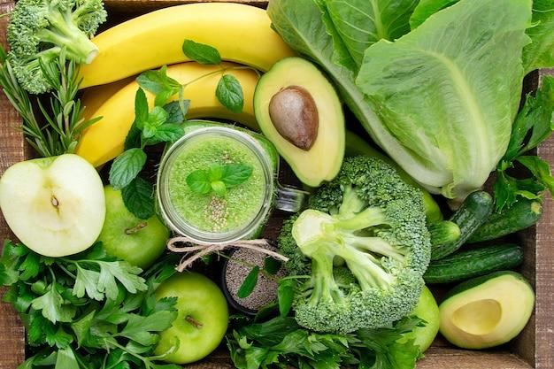 Grüner smoothie aus obst und gemüse.