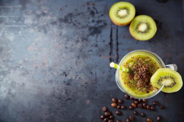 Grüner smoothie der kiwi besprüht mit schokolade