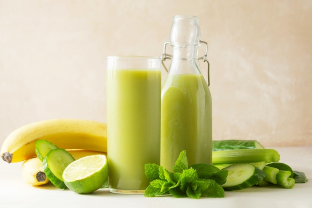 Grüner smoothie detox drink mit äpfeln, spinat, gurken, limetten, bananenfrüchten