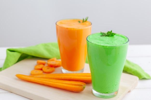 Grüner smoothie im glas über rustikalem hölzernem