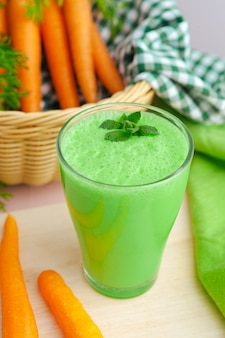 Grüner smoothie im glas