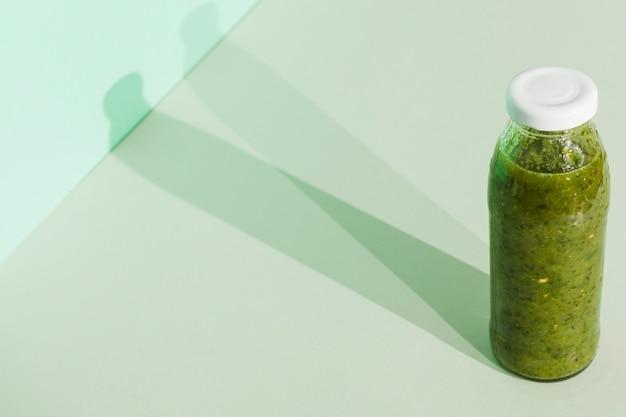 Grüner smoothie in der flasche