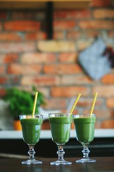 Grüner smoothie in einem glas
