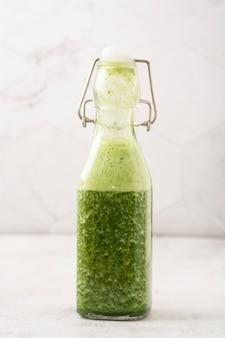Grüner smoothie mit grünem obst und gemüse. entgiftung, diät.