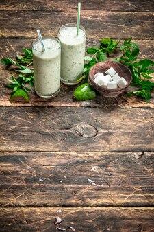 Grüner smoothie mit minze. auf rustikalem hintergrund.