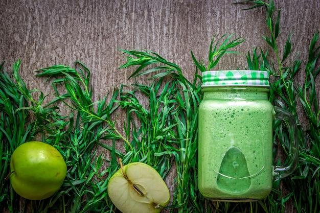 Grüner smoothie mit spinat und äpfeln im glas